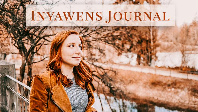 """Junge Frau steht vor der Fluss. Über ihr steht der Schriftzug """"Inyawens Journal"""""""